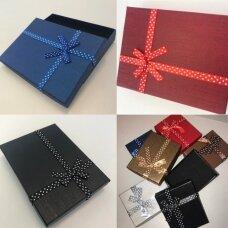 12 x 16 x 3 cm(h) Dviejų dalių popierinės spalvotos dovanų pakavimo dėžutės su kaspinu.4 GALIMOS SPALVOS. Pakuotė 6 vnt