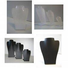 Kaklo papuošalų stovas iš plastiko, balta ar juoda matinė spalva, galimas aukštis 16cm, 24cm, 29cm. Puikiai tinka lauko sąlygoms.