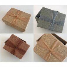 7 x 9 x 4 cm(h) Lino imitacijos popierinė dovanų pakavimo dėžutė su kaspinu -  juvelyrikai, bižuterijai. 3 spalvos. Pakuotė 12 vnt.