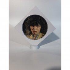 16 x 16 x 2cm(h) Universali dovanų pakavimo dėžutė 3D  su tampria plėvele - papuošalams, juvelyrikai, numizmatikai, nuotraukoms. Balta spalva. O-raidės ekranas